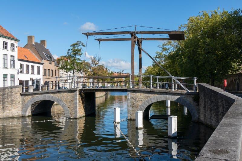 BRUGGE, BELGIË EUROPA - 26 SEPTEMBER: Brug over een kanaal in B royalty-vrije stock afbeeldingen