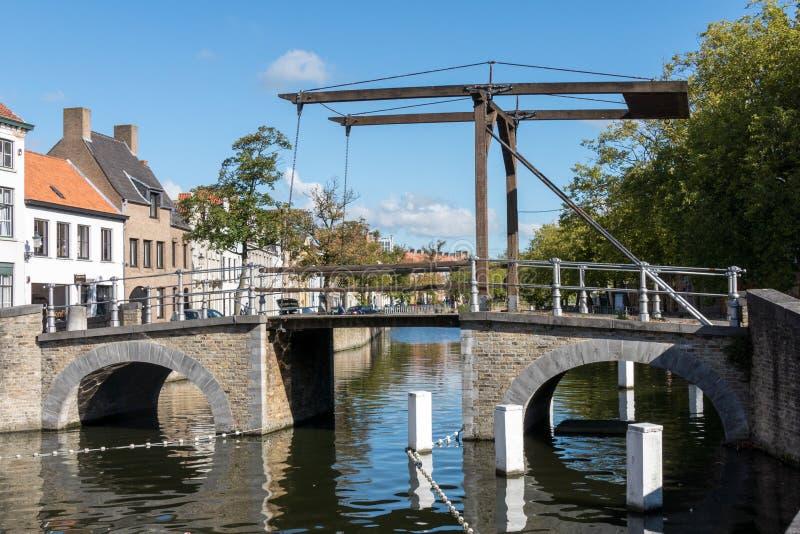 BRUGGE, BELGIË EUROPA - 26 SEPTEMBER: Brug over een kanaal in B stock foto's