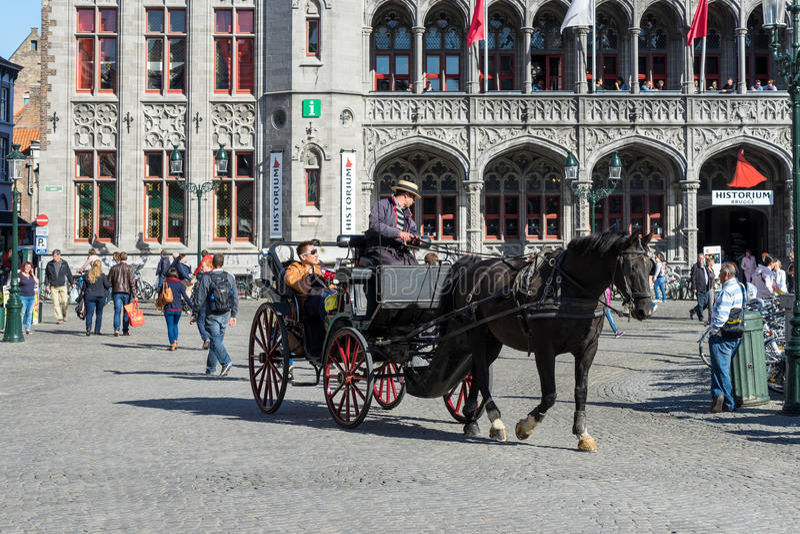 BRUGGE, BELGIË EUROPA - 25 SEPTEMBER: Paard en vervoer in Ma royalty-vrije stock fotografie