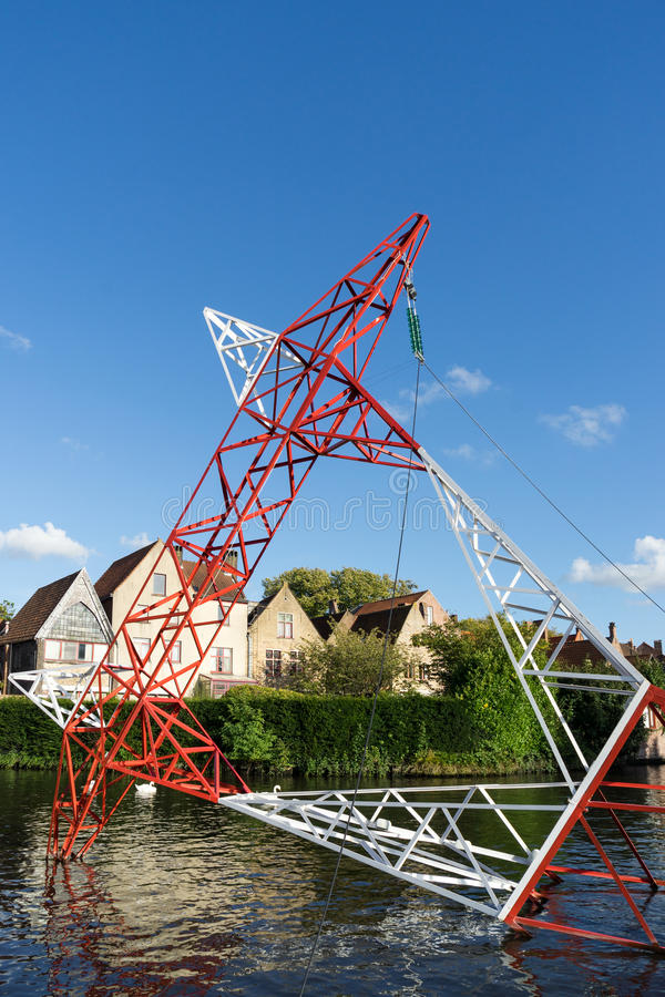 BRUGGE, BELGIË EUROPA - 25 SEPTEMBER: Pyloon in het kanaal in Br royalty-vrije stock foto's