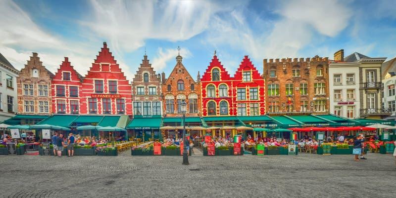 BRUGGE, BELGIË - JULI 17, 2013: Cityscape mening van stadsvierkant in Brugge stock foto