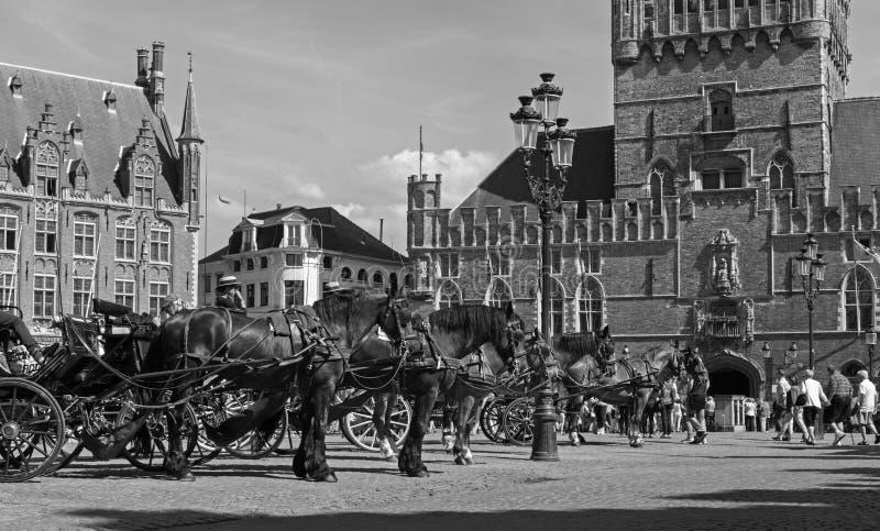 BRUGGE, BELGIË - JUNI 12, 2014: Het Vervoer in Grote Markt en de bestelwagen Brugge van Belfort royalty-vrije stock afbeelding