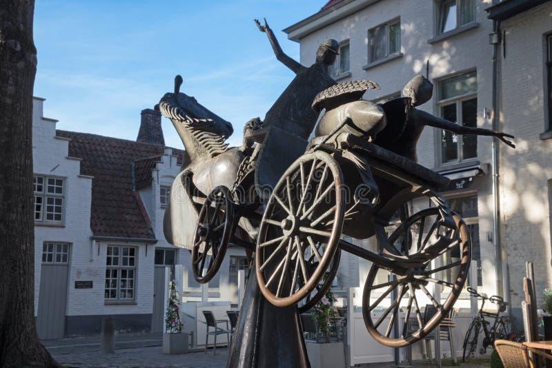 BRUGGE, BELGIË - JUNI 11, 2014: Zeus, Leda, Prometheus en Pegasus bezoeken Brugge, standbeeld in Walplein door Jef Claerhout stock foto