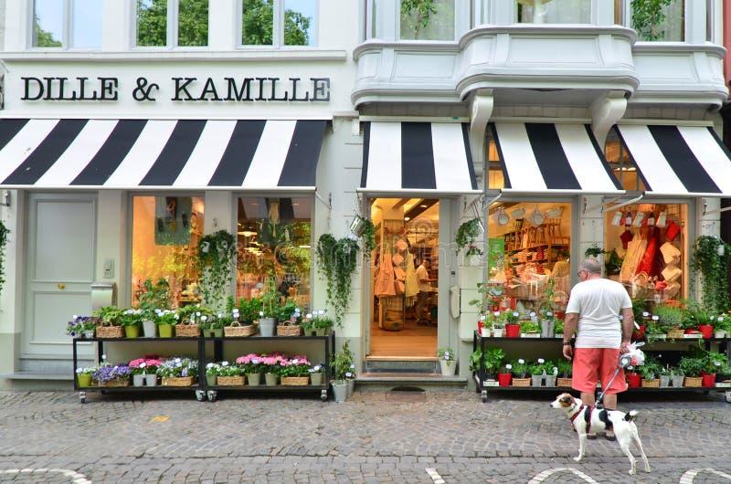 Brugge, België - Mei 11, 2015: De mensen die bij kruidenierswinkel winkelen slaan op royalty-vrije stock afbeelding