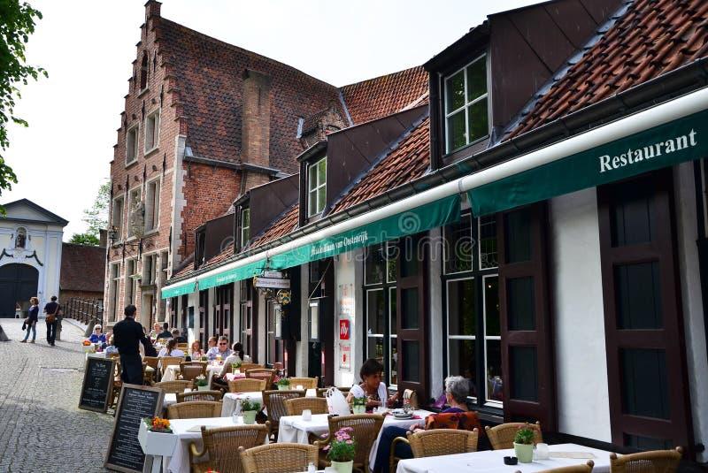 Brugge, België - Mei 11, 2015: Toerist bij openluchtcafetaria in Brugge, België stock afbeeldingen