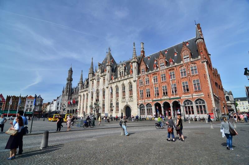 Brugge, België - Mei 11, 2015: Toerist op Burg-vierkant in Brugge royalty-vrije stock afbeelding