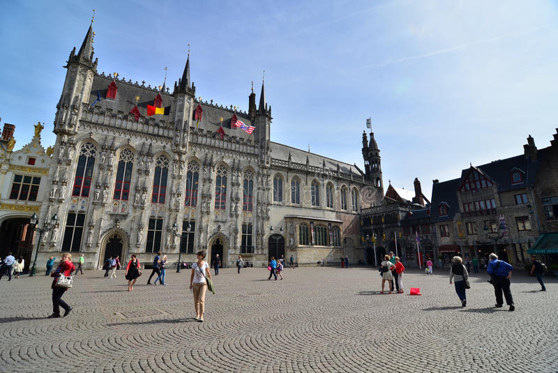 Brugge, België - Mei 11, 2015: Toerist op Burg-vierkant met Stadhuis in Brugge stock afbeeldingen