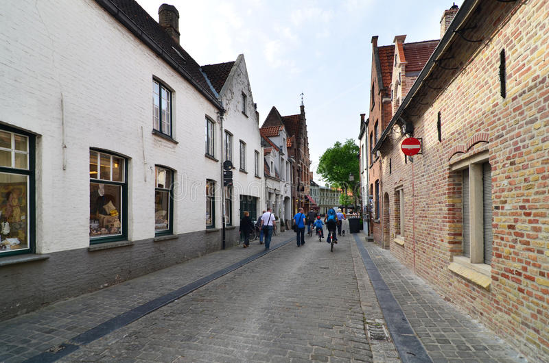 Brugge, België - Mei 11, 2015: Toeristen die op straat in Brugge, België lopen royalty-vrije stock foto's