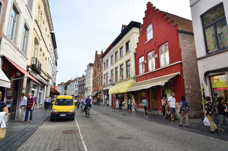 Brugge, België - Mei 11, 2015: Toeristen die op straat in Brugge, België lopen stock afbeelding