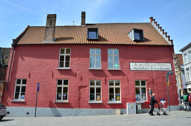 Brugge, België - Mei 11, 2015: Toeristen die op straat in Brugge, België lopen stock foto's
