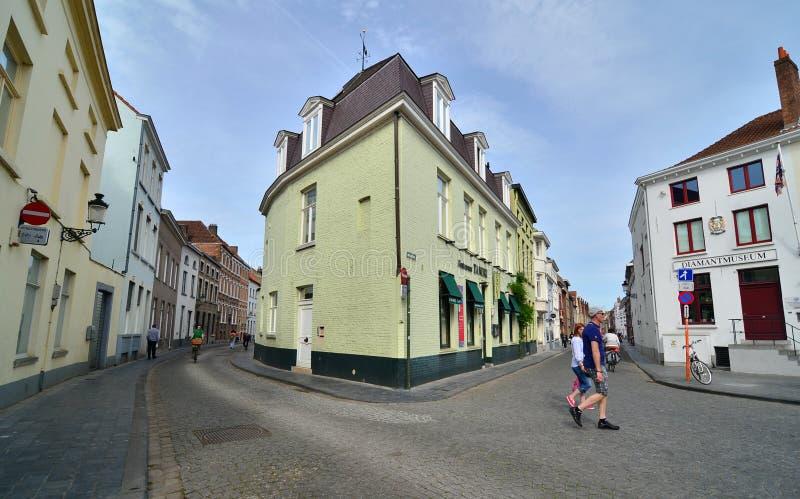 Brugge, België - Mei 11, 2015: Toeristen die op straat het centrum van Brugge lopen stock foto's