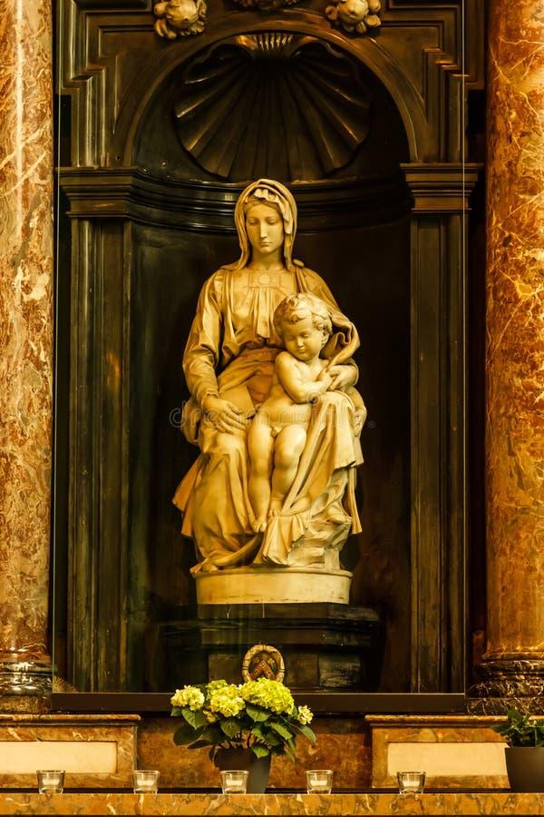BRUGGE, BELGIË - 6 SEP, 2016: Een marmeren beeldhouwwerk door Michelangel royalty-vrije stock foto's