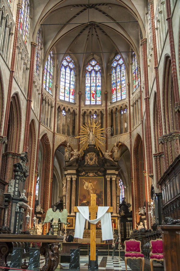 BRUGGE BELGIA, KWIECIEŃ, - 22: Ołtarz w Salvatorskathe obrazy stock