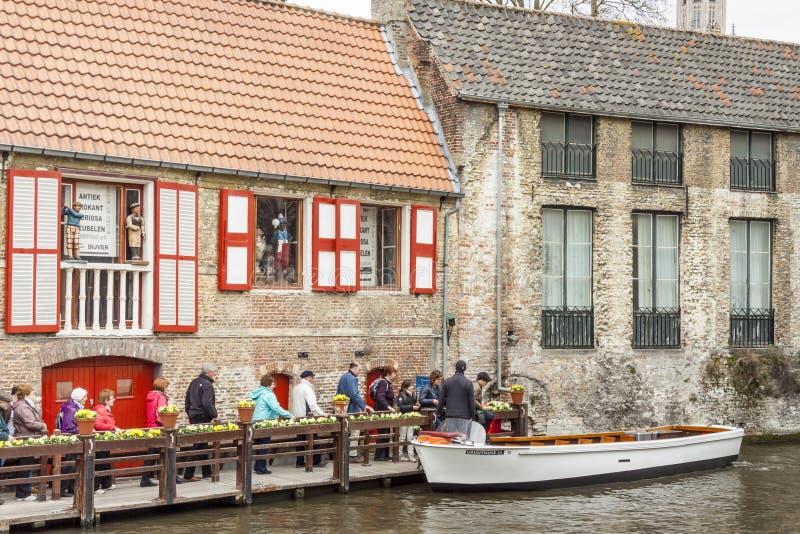 BRUGGE BELGIEN - APRIL 22: Fartyget turnerar in i canen royaltyfri fotografi