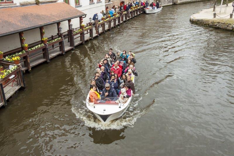 BRUGGE BELGIEN - APRIL 22: Fartyget turnerar in i canen royaltyfri foto