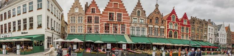 BRUGGE BELGIEN - APRIL 22: Panoramautsikt på marknadsstället (Grote arkivfoton