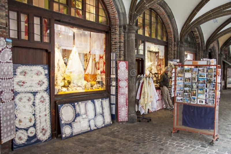 BRUGGE BELGIEN - APRIL 22: Shoppar och restauranger a royaltyfri bild