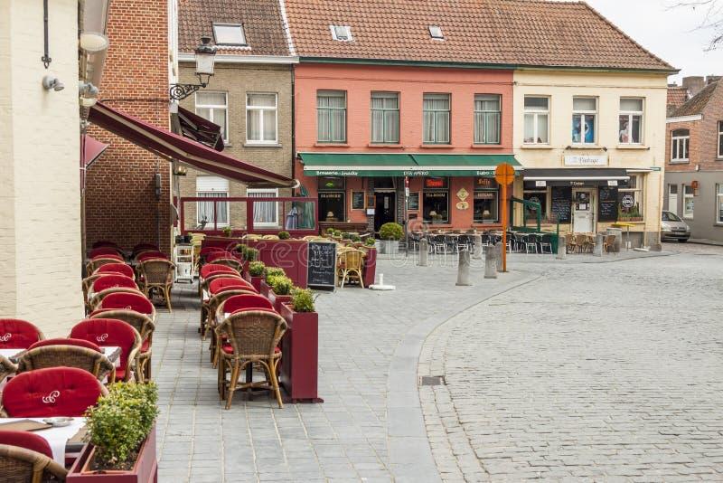 BRUGGE BELGIEN - APRIL 22: Utomhus- restaurang in  arkivbilder