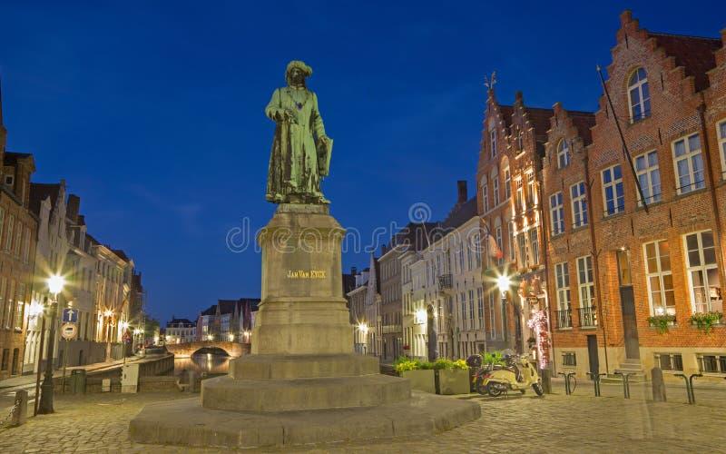 BRUGGE BELGIEN - JUNI 13, 2014: Jan van Eyck minnesmärke av Jan Calloigne (1856) i afton arkivfoto