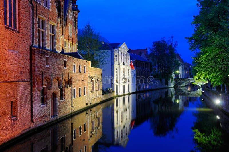 Brugge 's nachts, België stock fotografie