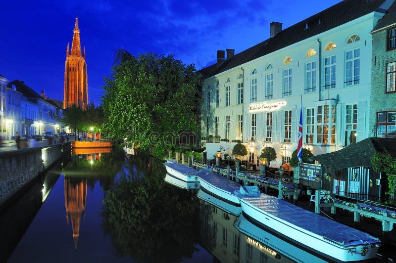 Kerk van Onze Dame 's nachts - Brugge stock afbeelding