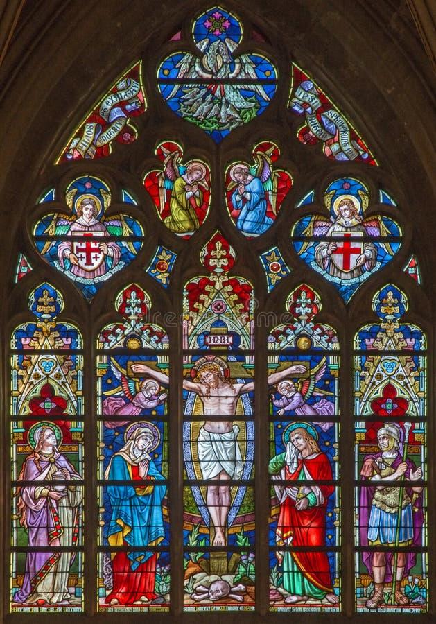 Brugge - de Kruisiging op de ruit in St Salvator Kathedraal (Salvatorskerk) door gebrandschilderd glaskunstenaar Samuel Coucke royalty-vrije stock fotografie