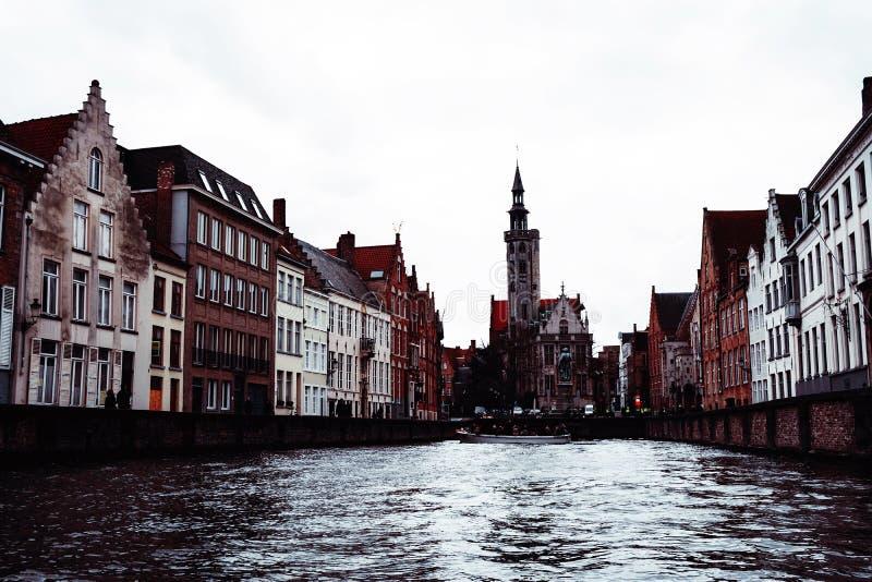 Brugge kanal- och stadssikt, Belgien royaltyfri bild