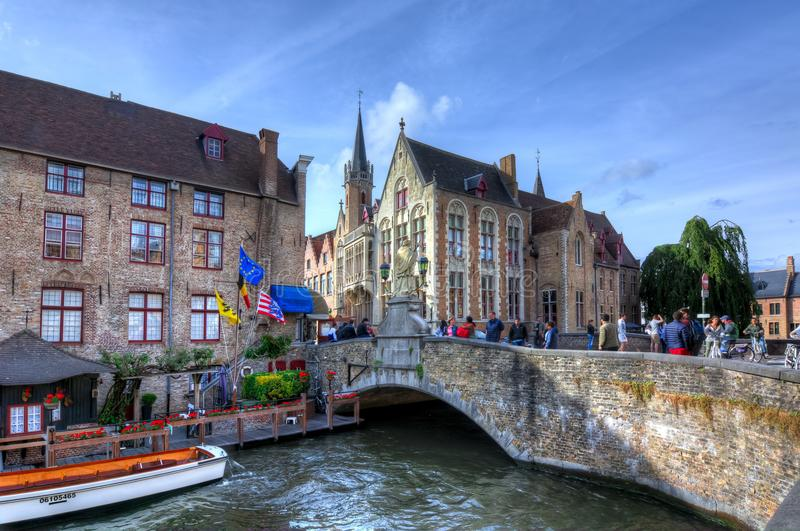 Brugge kanaler och medeltida arkitektur, Belgien arkivbild