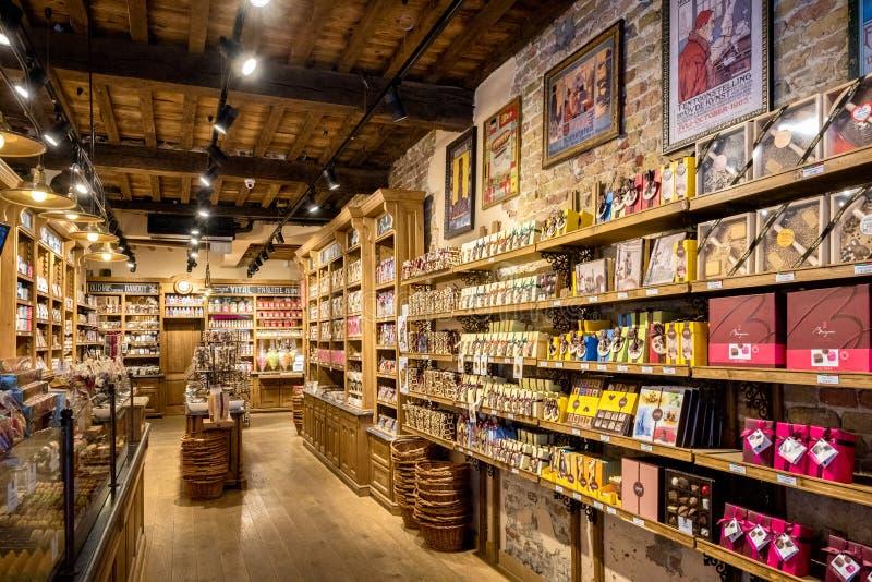 Brugge is ook beroemd voor zijn meer chocolatier kunst, met vele winkels die hun artisanaal-gemaakte chocolade verkopen belgië royalty-vrije stock afbeeldingen
