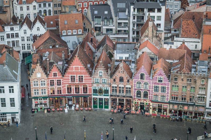 Brugge västra Flanders/Belgien - Januari 2017: Sikt från klockstapeln av Bruges på den huvudsakliga fyrkanten och husen royaltyfri fotografi