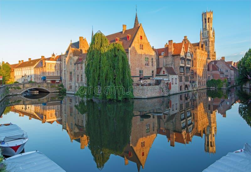 Brugge - widok od Rozenhoedkaai w Brugge z Perez De Malvenda domem Brugge w tle Belfort samochodem dostawczym i zdjęcie royalty free