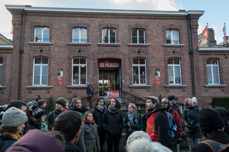 Brugge Wschodni Flandryjski, Belgia, Styczeń,/- 2018: Chodzący ludzie od behind na bezpłatnej chodzącej wycieczce turysycznej w B zdjęcia royalty free