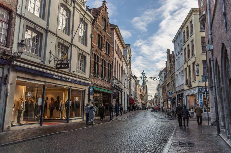 Brugge Zachodni Flandryjski, Belgia, Styczeń,/- 2017: ulicy stary Brugge jeden pogodny zima dzień, domy, sklepy, niebieskie niebo obraz stock