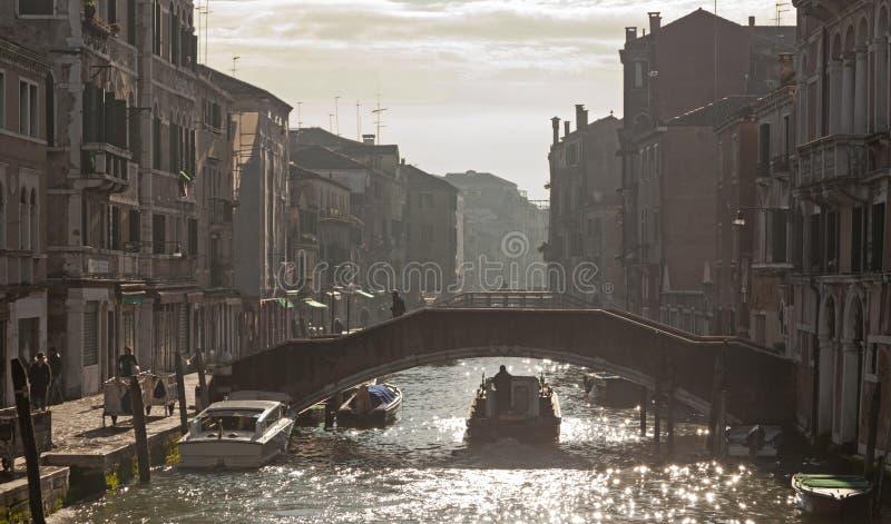 Bruggen in de levendige buurt van Cannareggio stock afbeelding