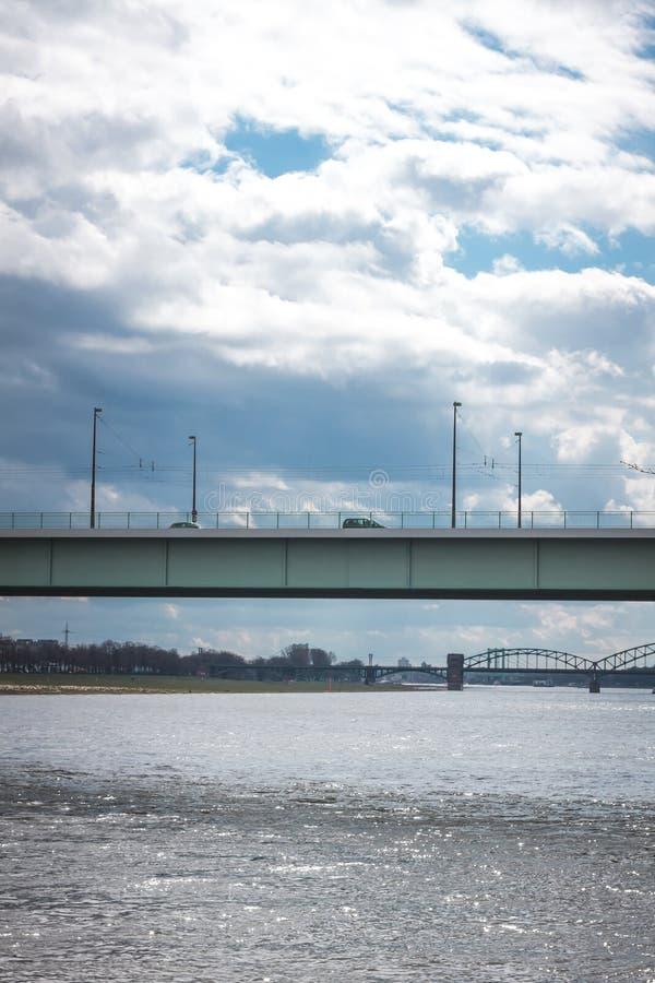 Bruggen over de rivier stock afbeeldingen