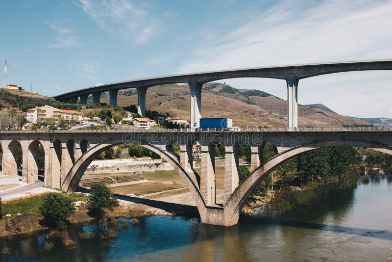 Bruggen over Douro-rivier in Peso DA Regua in Portugal royalty-vrije stock foto