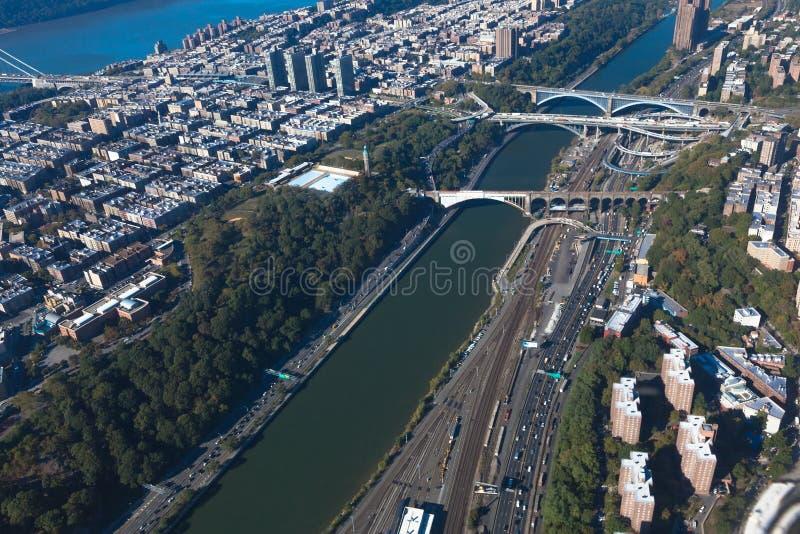 Bruggen tussen Manhattan en Bronx in New York NYC in de V.S. Upper Manhattan Harlemrivier Luchthelikoptermening stock fotografie