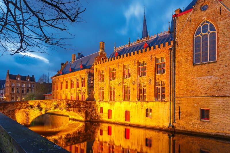 Brugse Vrije e o canal verde em Bruges em fotografia de stock