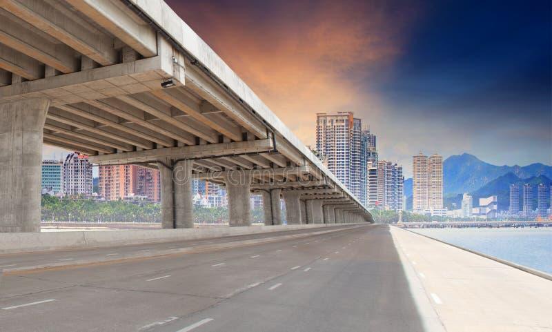 Brugweg en de stedelijke bouw in stad voor infra structuur devel stock fotografie