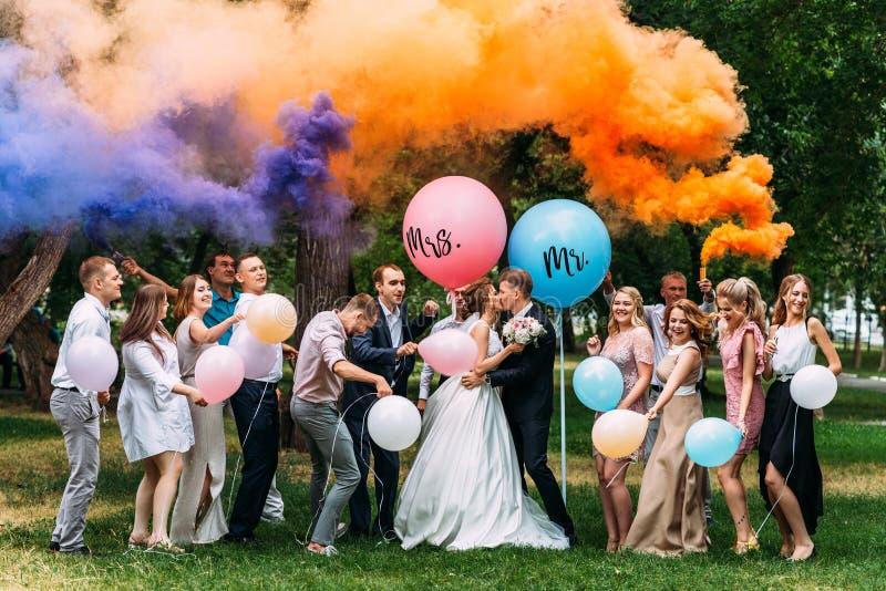 Bruid, bruidegom en gasten in openlucht stock afbeelding