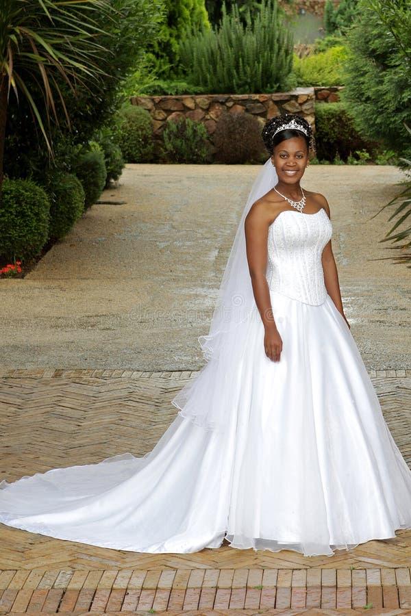 Bruid buiten royalty-vrije stock fotografie