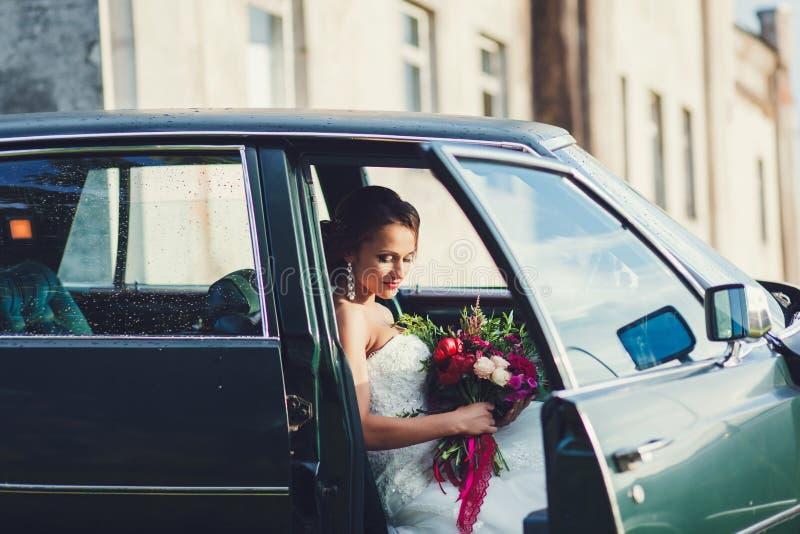 Bruid in de auto stock afbeeldingen