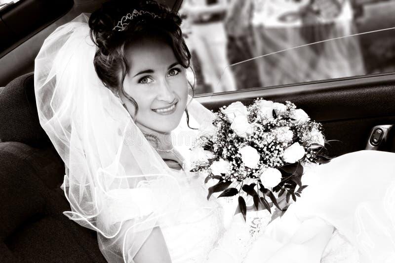 Bruid in de auto stock afbeelding