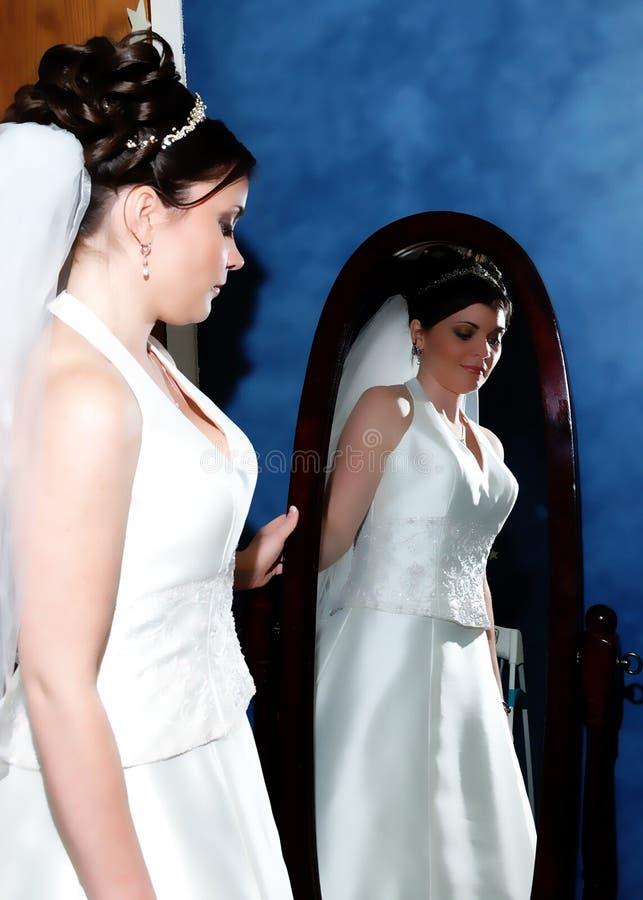 Bruid in de Spiegel stock foto
