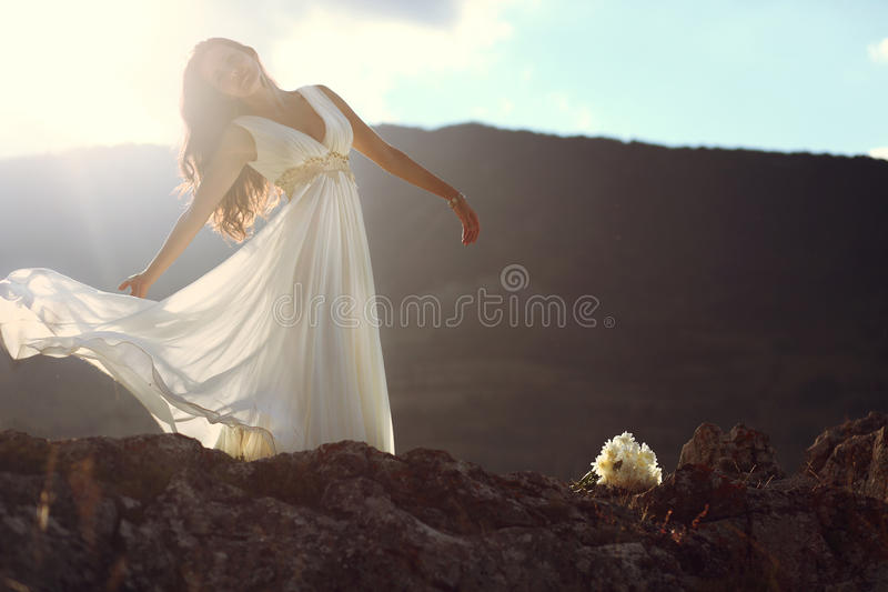 Bruid in de wind stock foto