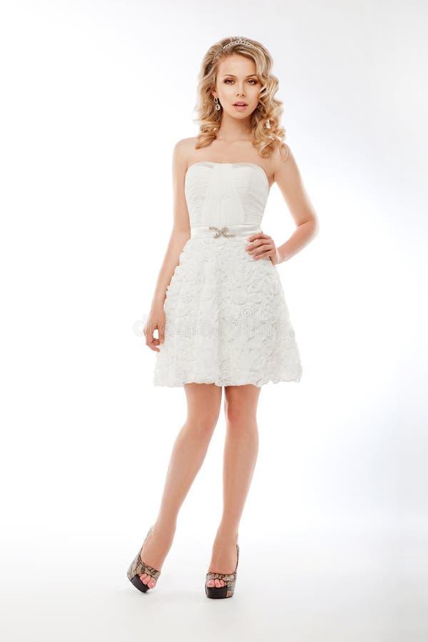Bruid in de witte kleding van het kleermakerijenhuwelijk. Romantisch stock afbeelding