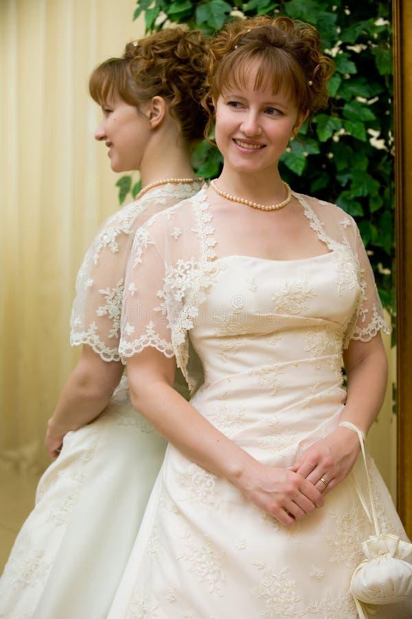Bruid dichtbij spiegel stock fotografie