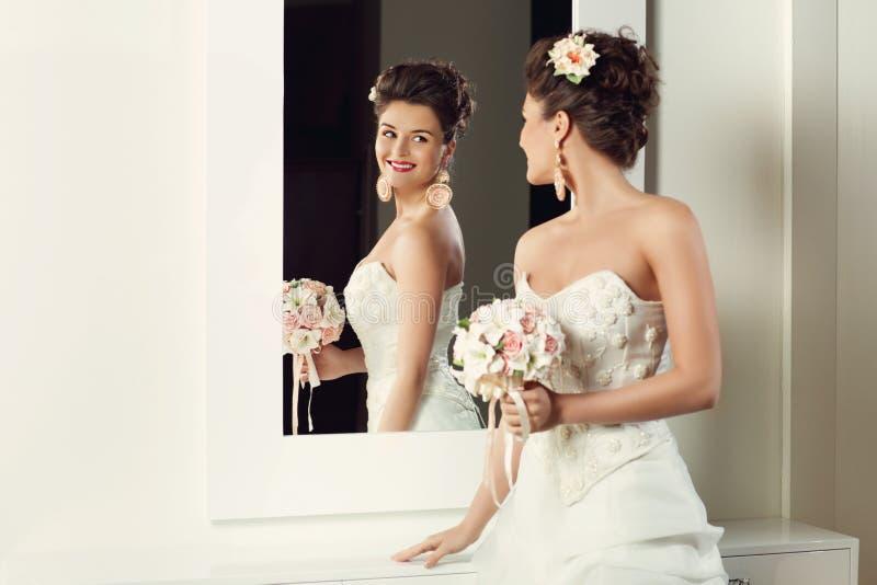 Bruid dichtbij spiegel stock foto