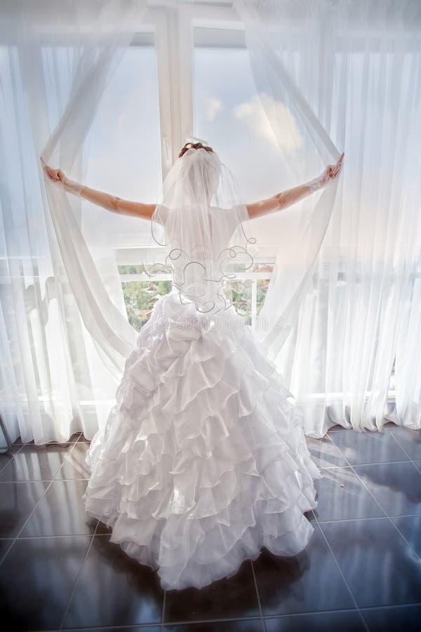 Bruid dichtbij venster