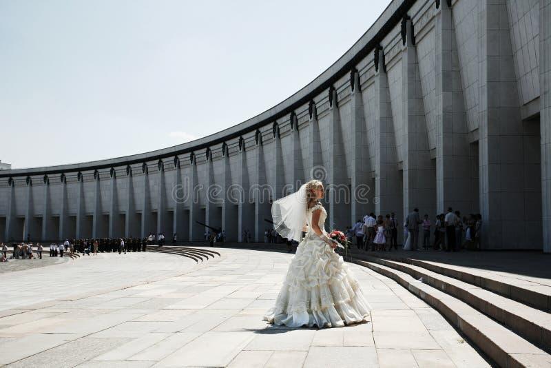Bruid die bij Overwinningspark dansen stock fotografie